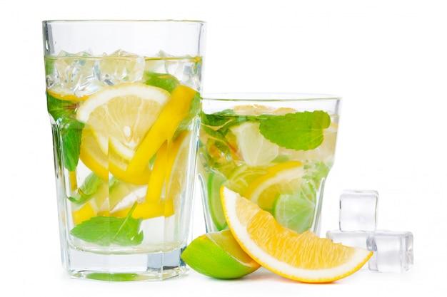 Koude verse limonade. geïsoleerd