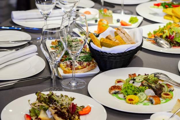 Koude voorgerechten en salades op een dienende tafel