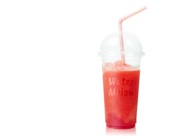Koude watermeloen smoothie in plastic die kop met stro op wit wordt geïsoleerd.