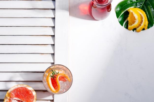 Koude zomer drankje in een glas met schijfje grapefruit en ijsblokjes