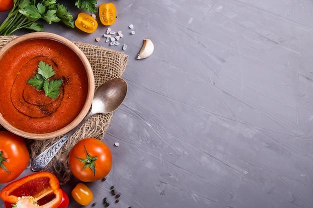 Koude zomer gerecht van tomaten gazpacho soep