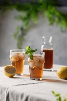 Koude zomerthee met citroen en munt, selectieve nadrukbeeld
