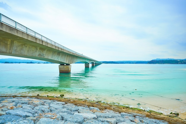 Kouri island bridge met prachtige zeeniveau met blauwe hemel in okinawa, japan