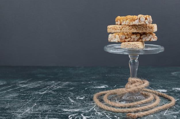 Kozinaki-snoepjes met zaden en noten op glasplaat met touw. hoge kwaliteit foto
