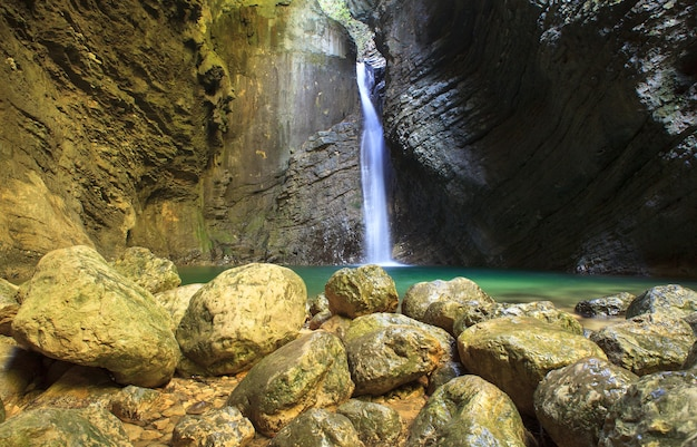 Kozjak waterval, kobarid, julische alpen in slovenië