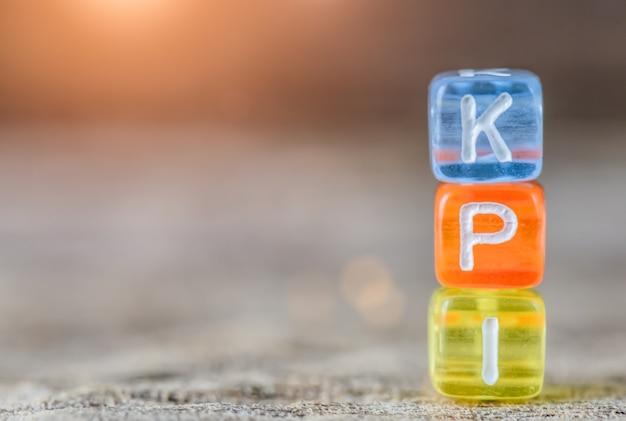 Kpi - key performance indicator op tabelachtergrond.