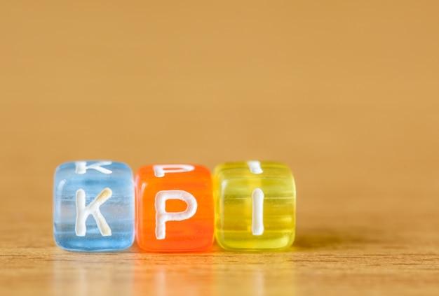 Kpi - key performance indicator op tabelachtergrond