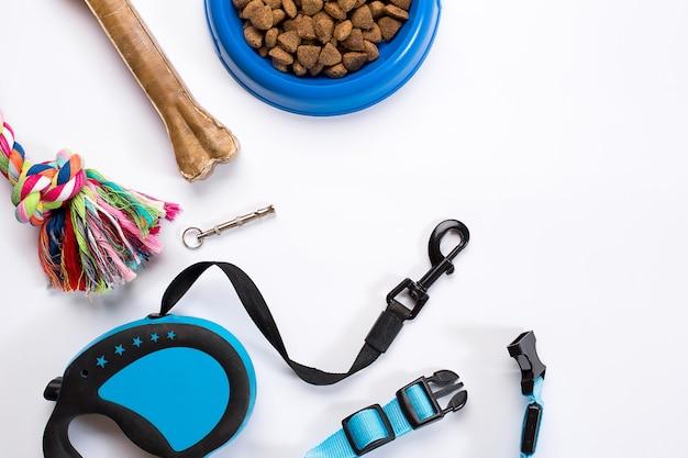 Kraag blauwe kom met voerlijn en delicatesse voor honden geïsoleerd op witte achtergrond