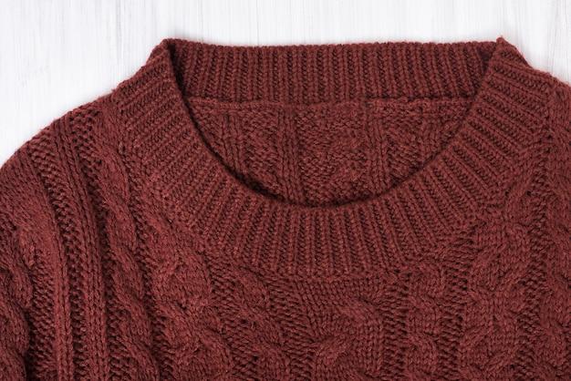 Kraag bruine gebreide trui. detailopname. mode concept