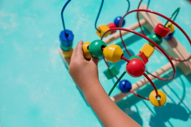 Kraalroller speelgoed voor de ontwikkeling van logisch denken