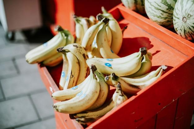 Kraam van bundels van bananen te koop