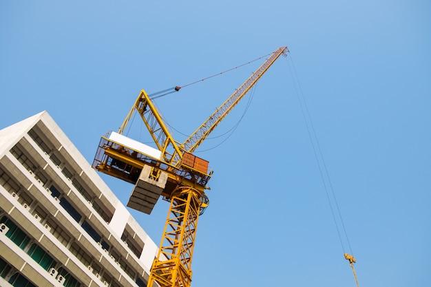 Kraan de gele zware en industrie die werken bouwen