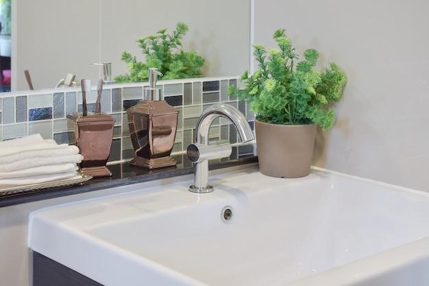 Kraan en toilet met fles tandpasta vloeibare zeep
