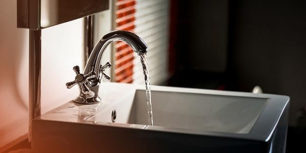 Kraan en waterstroom op badkamer