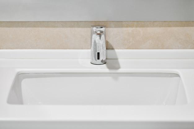 Kraan in badkamersbinnenland. waterkraan voor het wassen van handen