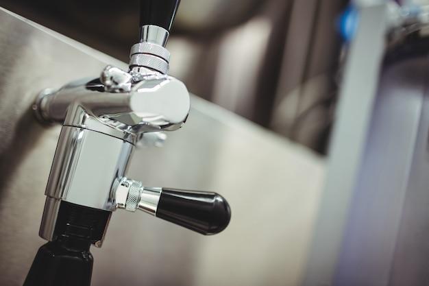 Kraan op machines bij brouwerij