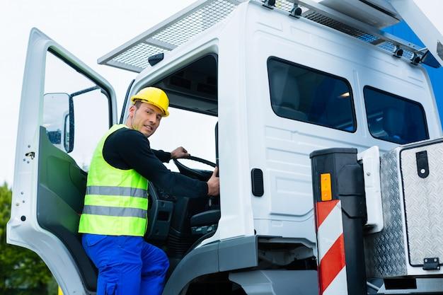Kraan operator rijden met vrachtwagen van bouwplaats