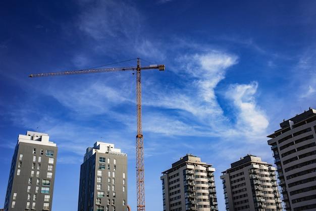 Kraan voor de bouw van een nieuw woongebouw, echte staat.