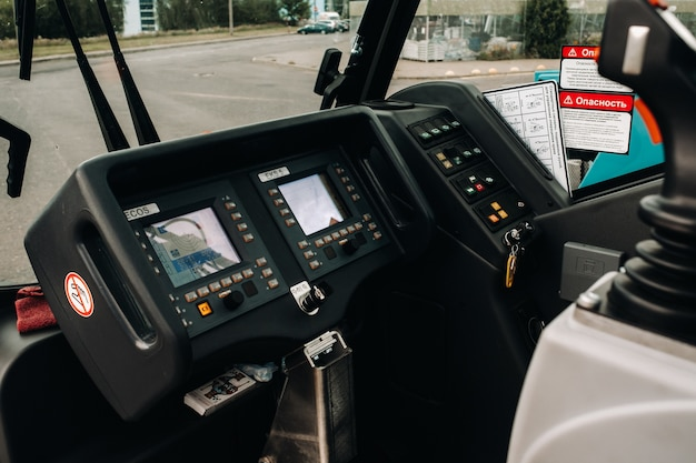 Kraanbedieningspaneel in de bestuurderscabine van een autokraan