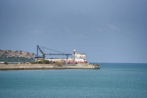 Kraanbouwhaven voor containerschip in export import bedrijfslogistiek in havenindustrie