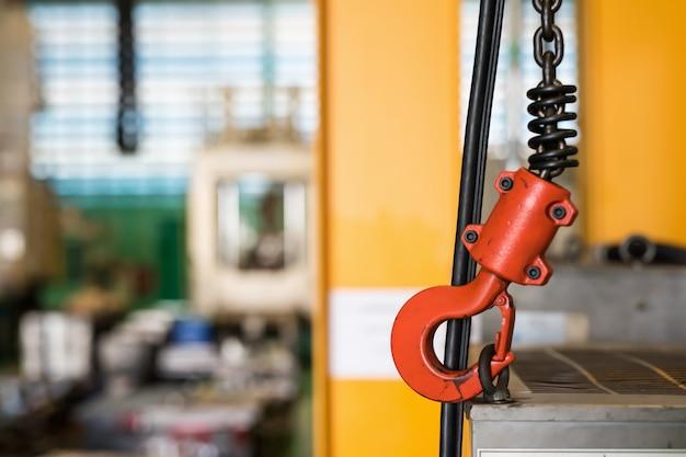 Kraanhaak van luchtkraan in fabriek
