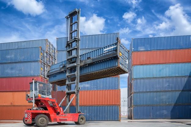 Kraanheffer handling container box laden