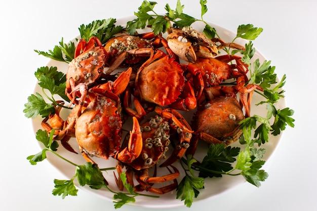 Krabben op een bord met kruiden
