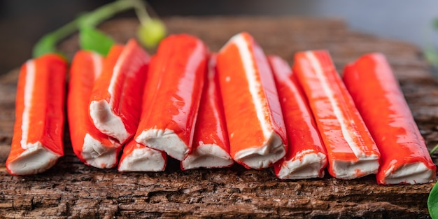 Krabsticks halffabrikaten zeevruchten vers gedeelte klaar om te eten maaltijd snack op tafel kopieer ruimte