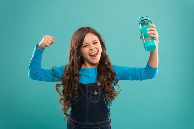 Kracht en activiteit. drinkwater voor gezondheidszorg en lichaamsbalans. dorstig kind heeft macht. water drinken om uitdroging te voorkomen. klein meisje houdt fles. ontgiften en mensen. gezonde drank voor tienerkind.