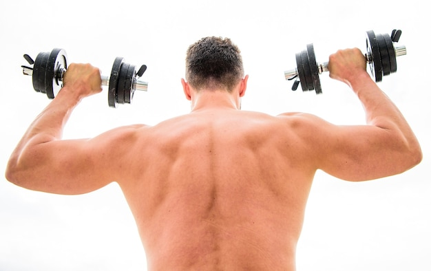 Kracht en motivatie. man sportman gewichtheffen. steroïden. atletisch lichaam. halter sportschool. gespierde rug man trainen in de ochtend met barbell. gezonde levensstijl. fitness- en sportuitrusting.
