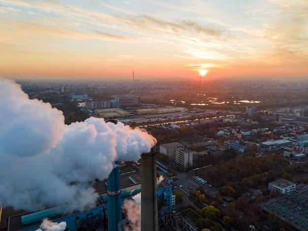 Krachtcentrale met veel buizen en faciliteiten in boekarest bij zonsondergang, veel schuim, uitzicht vanaf de drone, roemenië