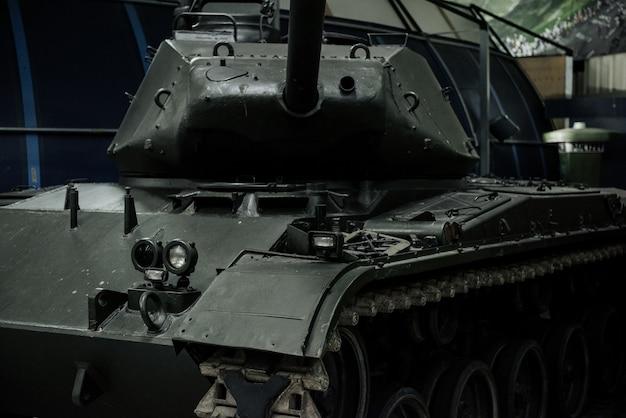 Krachtige oude zwarte tank op de tentoonstelling