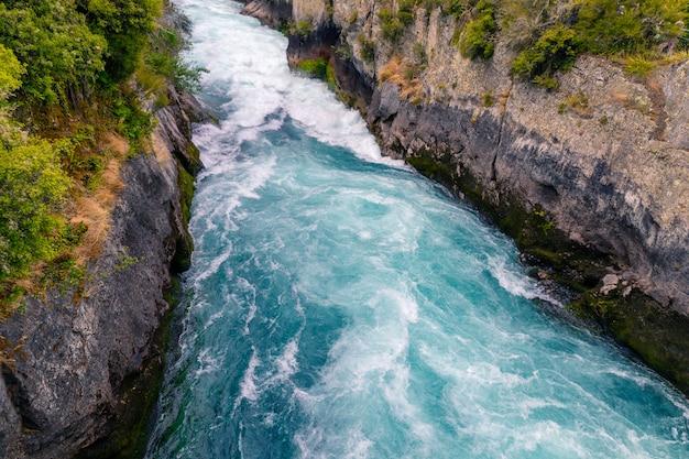 Krachtige rivierstroom bij huka-dalingen van taupo, nieuw zeeland