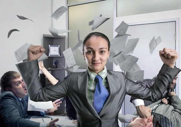 Krachtige vrouw die denkt aan vechten op kantoor