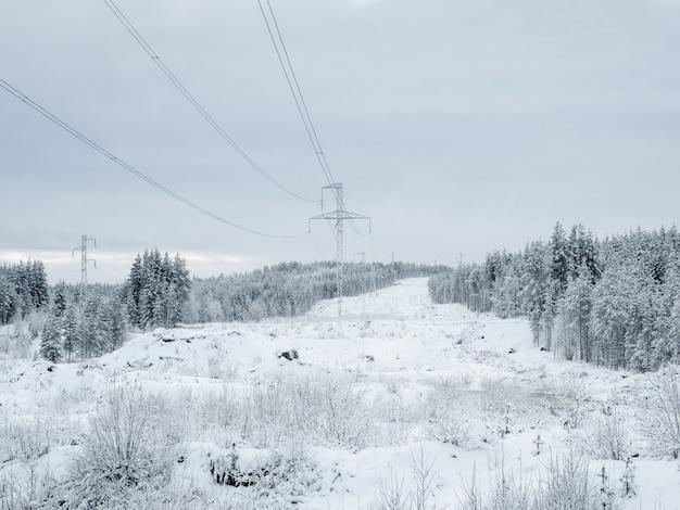 Krachttorens in de besneeuwde noordelijke bergen. rusland.
