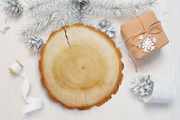 Kraft geschenkdoos met houten achtergrond