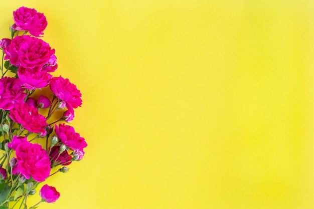 Kraft-geschenkdoos met mooi rood lint en roos, concept van valentijnsdag, jubileum, moederdag en verjaardagsgroet, copyspace, bovenaanzicht.