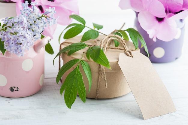 Kraft geschenkdoos, pioenrozen en lila bloemen