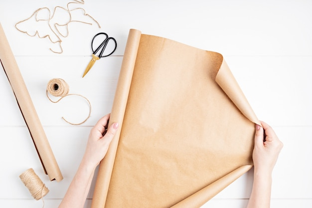 Kraftpapier en accessoires voor het inpakken van cadeaus en bloemen. vakantie, kerst duurzame cadeaus idee. bovenaanzicht, plat gelegd