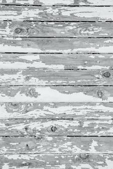 Krakende en afbladderende witte verf op een muur