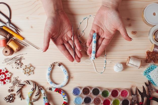 Kralen en gereedschappen voor het maken van sieraden. voorbereiding voor handgemaakt. bovenaanzicht