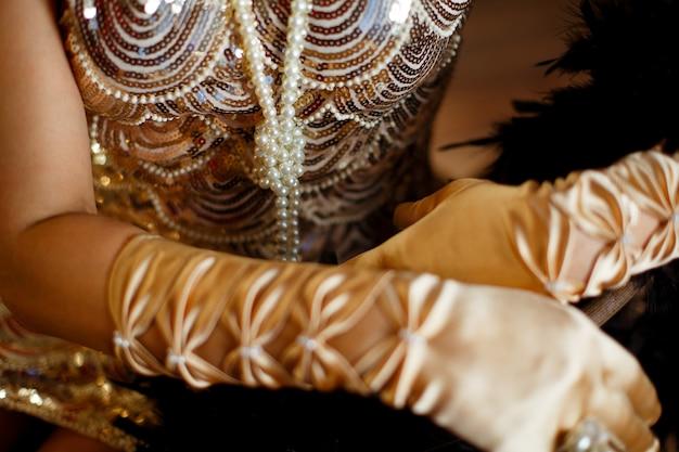 Kralen van parels op de achtergrond van de jurk