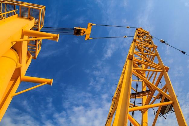 Kranen gebruikt in industriële toepassingen en ondersteuning.