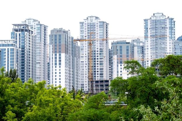 Kranen op een bouwplaats van de bouw van een moderne woonwijk