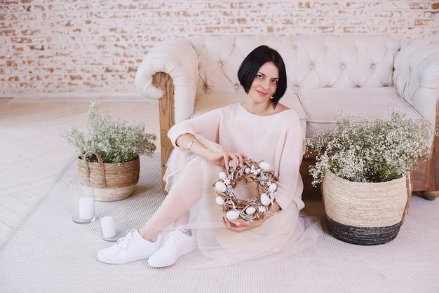 Krans met bloemen en eieren. voorbereiding en viering van happy easter holiday