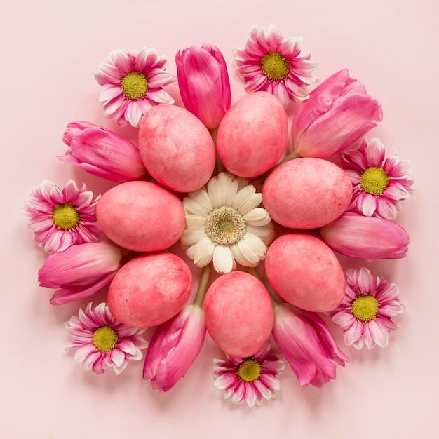 Krans van lentebloemen en paaseieren