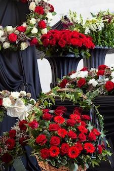 Kransen met bloemen voor de begrafenisceremonie