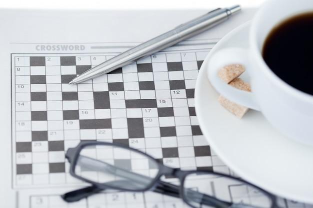 Kranten en kruiswoordpuzzel