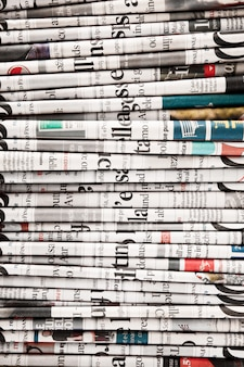 Kranten gevouwen om een achtergrond te vormen