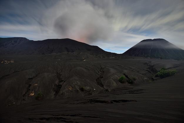 Krater van bromo-vulkaan, tijdens zonsopgang vanuit gezichtspunt in bromo tengger semeru national park, oost-java, indonesië